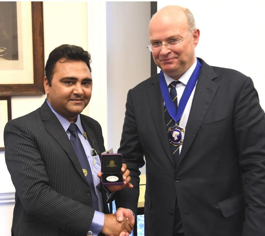 K1600_Markland Dave receiving The Royal Philatelic Society London Medal